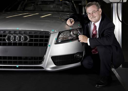 Werner Zimmermann,  minőségbiztosítási vezető szeret autókra firkálni