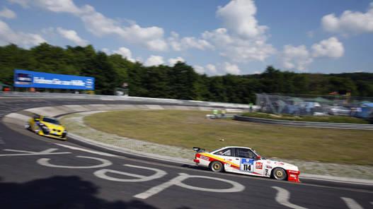 A nürburgringi 24 órás verseny résztvevői a Karusselben