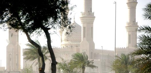 Mecset Dubai és Abu Dabi között a Maktum sejk út mentén