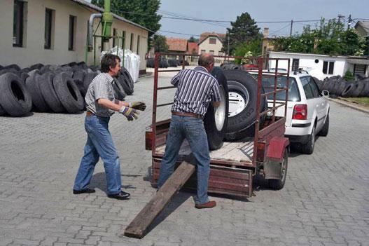 Ha kész az abroncs, jöhet a vevő. Úgy 130 kilót kell az utánfutóra felgörgetni