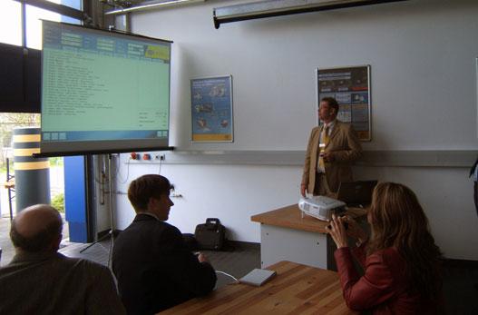 Épp Mr. Bradley mesél az új diagnosztikai rendszerről, a DDS 200-ról