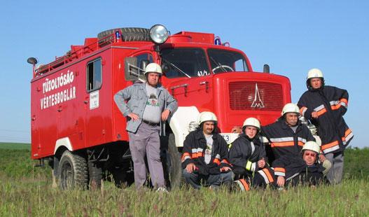 A Vértesboglári Önkéntes Tűzoltóegylet törzsgárdája tűzoltásra készen
