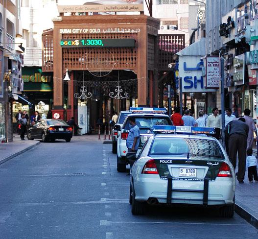 Erős a karhatalmi jelenlét - különösen az aranykereskedők utcájánál. A tőzsdei infó itt még az utcán is sokakat érdekel