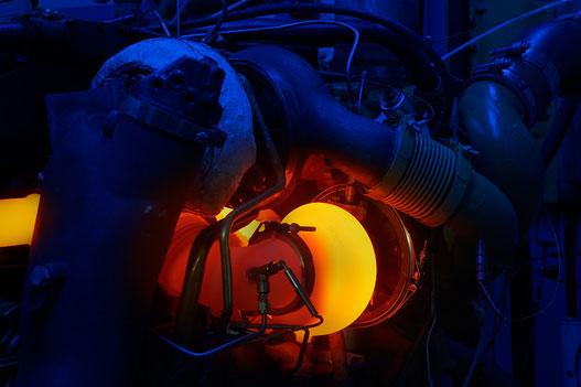 Izzik a turbinaház a fékpadon. Jól látszanak a nyomás- és hőmérsékletmérő szenzorok a szívó- és kipufogóoldalon. (copyright Honeywell 2006)