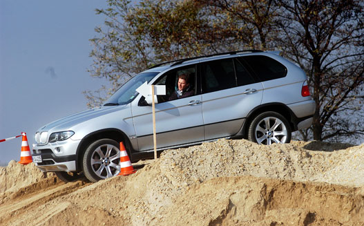 A Hill Descent Control kapcsolót benyomva a sofőr ilyenkor akár hátra is dőlhet