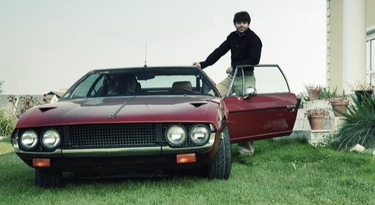 Egy irígylésre méltó fiatalember, rendes autóval (Lamborghini Espada)