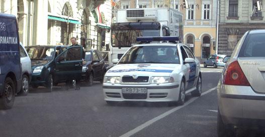 A rendőrautó rutinból kerüli ki a délutáni csúcsban rakodót
