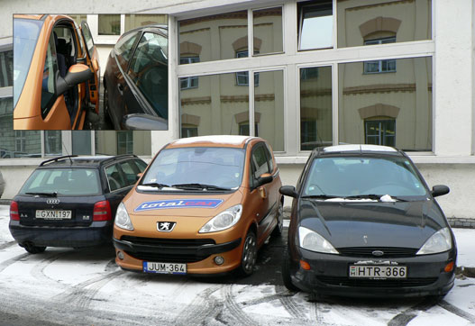 Tippeljen! A képen melyik autóból lehet könnyedén kiszállni?
