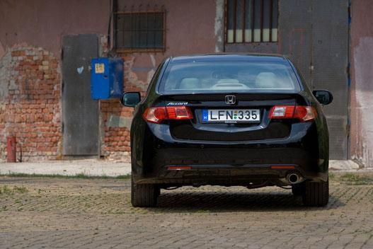 Ebből a környezetből kiugrik a szépsége, de vajon hogy mutat egy rakás prémium kocsi mellett?