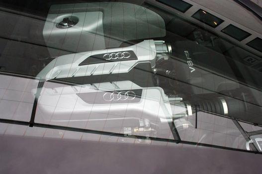 Német humor: a V8-as motor fölé fűtőszálas üvegablakot raktak