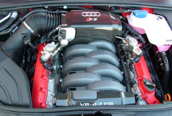 Az RS4 motorjának a látványa is hátborzongató