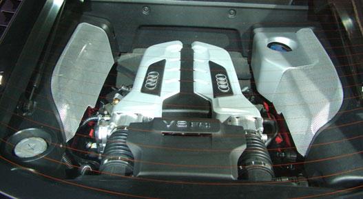 A 420 lóerős V8-as kikukucskál a hátsó szélvédőn