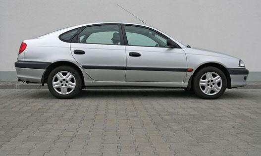 Ennél az Avensisnél még érdemben különbözött a négy- és ötajtós profilból