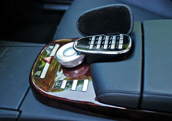 Mercedes COMAND-vezérlő a telefon billentyűzetével
