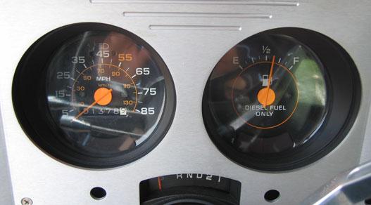 A sebességmérő csak azért nem kiakasztható, mert lefelé csal