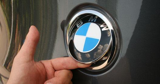 Ez a részelet minden autón szerethető, Seaton, VW, de a BMW-n is. Kilincs az emblémában