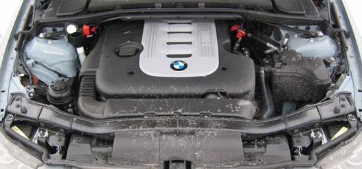 A háromliteres soros hatos 231 lóereje és már 1750-es fordulaton nyomuló 500 Nm-e száraz aszfalton is elég a vidámsághoz