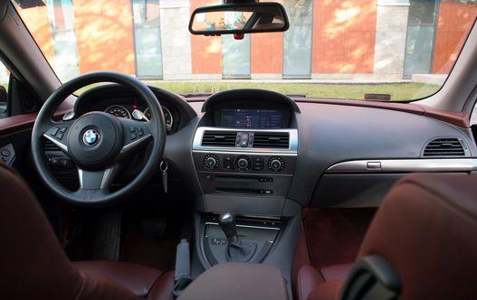A régi BMW-trükk itt is bejön: diszkréten a vezető felé fordul a középkonzol