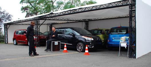 A bemutató előtt bujkáló kocsik