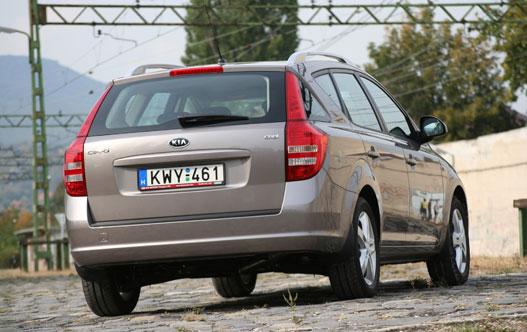 Volvo a váll, Peugeot az oldalablak - mindent bele lehet látni, de a Cee'dben összeérett