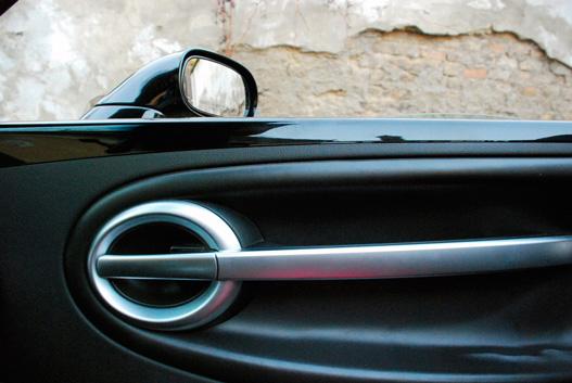A kört kettészelő penge megismétlődik az ajtón is