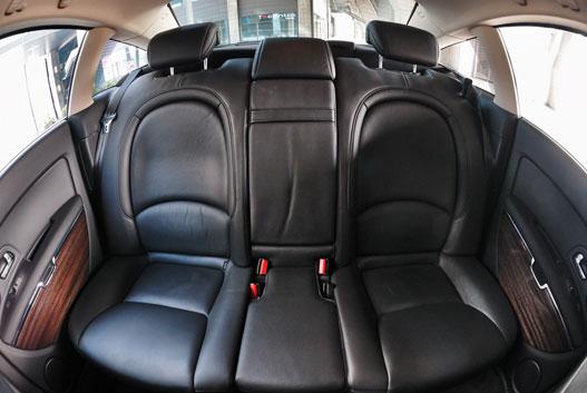 A hátsó fotelek is dönthetők és fűthetők