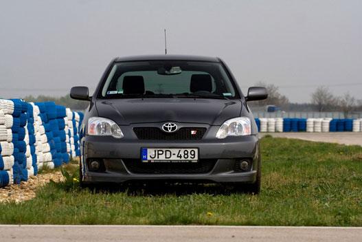 Szép piros Toyota Sport logo jelzi, ez a Corolla harap