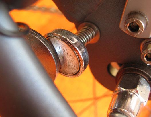 A két kis tárcsa két kis mágnes, összefogják az összecsukott Dahont
