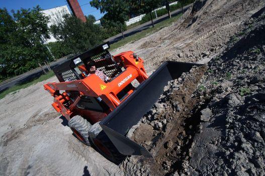 A keményebb talaj sem gond, ha a kanál élével előbb meglazítjuk