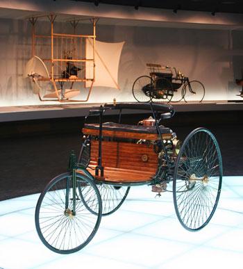 Ez egy eredeti Patentwagen a stuttgarti Mercedes-Benz múzeum főhelyén