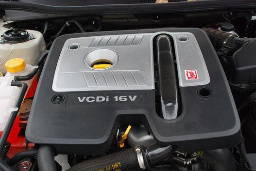 V6-os műanyag a sornégyes dízelen