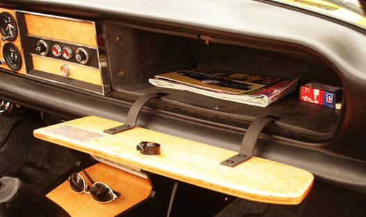 Tömör fából készült a kesztyűtartó fedele. Megmaradt rajta az eredeti matrica