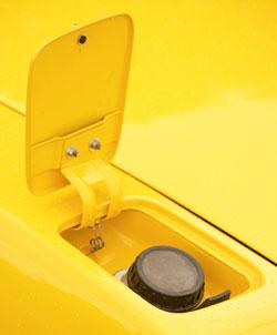 Benzinbeöntő nyílás, alatta a világ legkitalálatlanabb tanksapkája