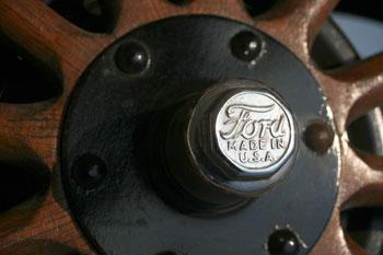 Büszke Ford-embléma a keréken. Szinte végig faküllős kerékkel gyártották