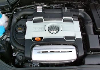 1,4 liter, 170 lóerő, de sajnos, nem látszik sem a turbó, sem a kompresszor