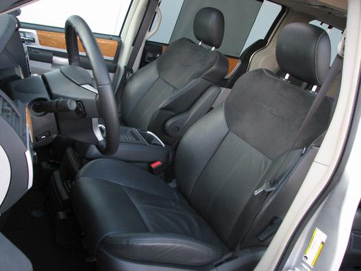 A fotel kényelmes, és nem izzaszt nagyon, hála az alcantara-betétnek (még mindig olcsóbb, mint szellőztetni, ugye, Chrysler?)