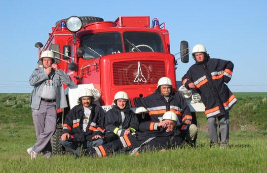 A Vértesboglári Önkéntes Tűzoltóegylet törzsgárdája és a vadonatúj, 44 éves Magirus-Deutz