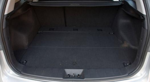 415 literes, lehajtott hátsó üléssorral 1395 literesre bővíthető a csomagtér