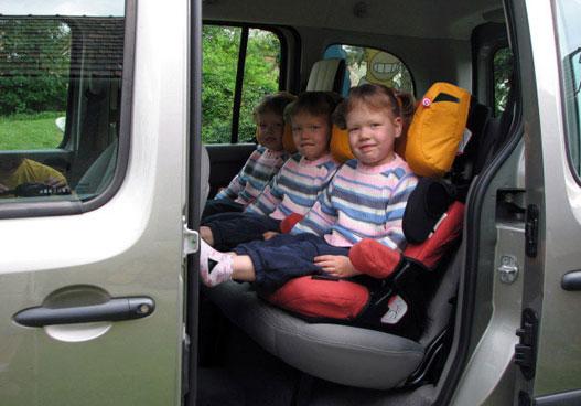 Kényelmesen elfér három gyerekülés egymás mellett hátul