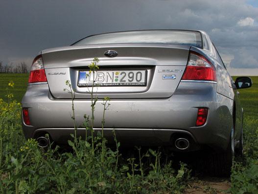 A képen minden fontos információ megtalálható szövegesen az autóról