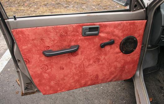 Művészi hajlamokról tanúskodó, házias ajtókárpit. Az eredeti egyszerű műbőr volt