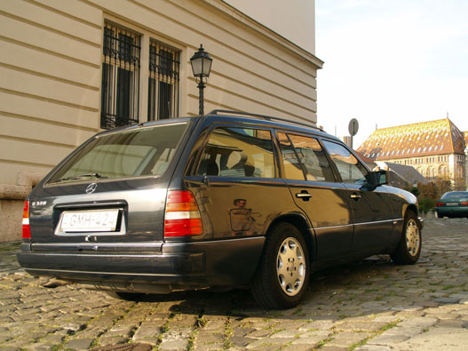 Minden W124 kombi hátsó ajtaja elektromos