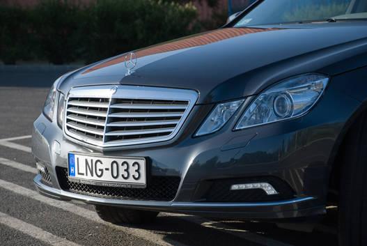 Klasszikus Mercedes-maszk, a motorházfedél tetején csillagszobor