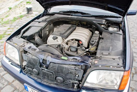 Még egy motor elfér itt. Ha belegondolunk, a V12-es éppen ez