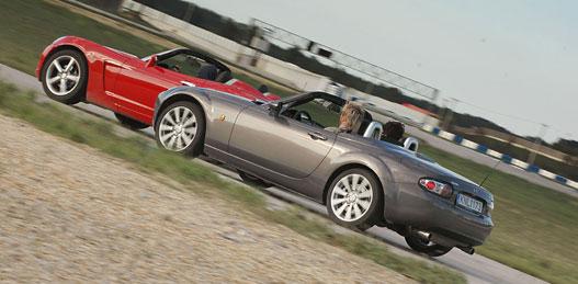 Elöl az Opel, hátul a Mazda. A valóságban pont fordítva van a sorrend