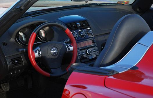 Az Opel övvonala nagyon magas, a vezetőnek épp csak a feje látszik ki