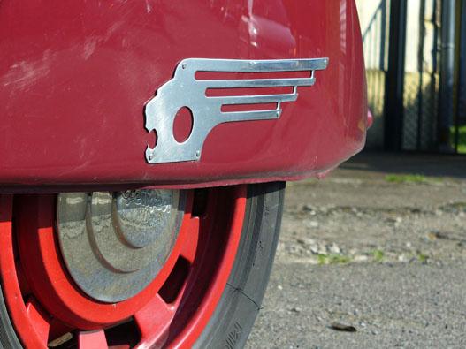 Nem Skoda-, hanem Peugeot-logó. Igaz, stilizáltan