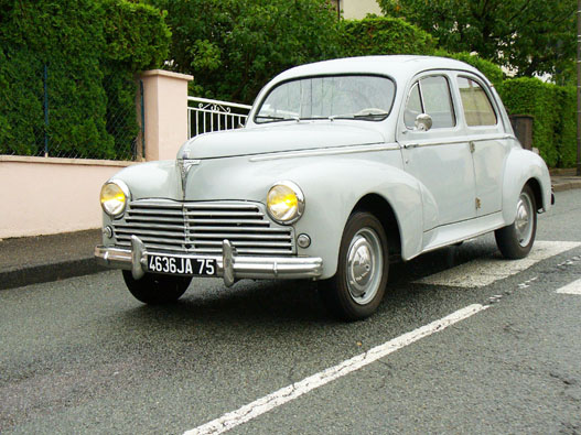 Morris Minor? Pobjeda? Volvo Amazon? Dehogy, egy Pugeot 203