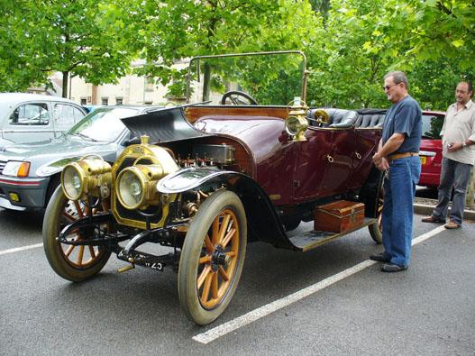 Valami Type akárhányas ős-Peugeot. Csak sofőrrel volt szabad