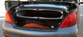 A csomagtérháló a határoló. Ha nincs beakasztva, nem nyílik a tető sem